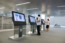 拼接屏厂家人机互动触摸互动广告机促进零售行业发展